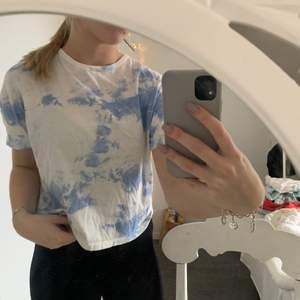 Ljusblå och vit printad tshirt från zara i storlek S