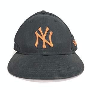 Säljer min NY Yankees new era keps i storlek 56,8cm pga kommer inte till användning! Märket ser oranget ut på bilden men är brunt! 🤎 Den är använd men i ganska bra skick och om många är intresserade blir det budgivning i kommentarerna! (Höjning med minst 10kr)! DM för frågor! <3