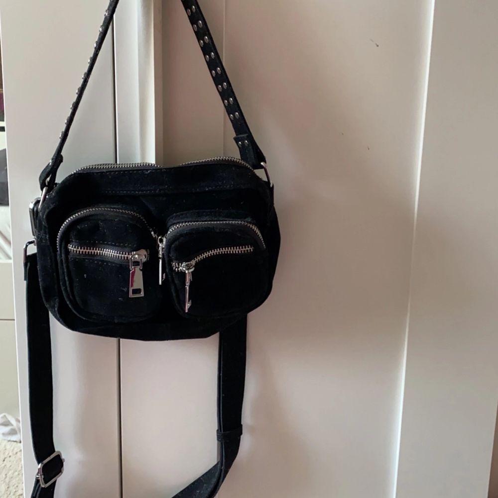 En noella väska i storlek mini med silvriga detaljer, säljer pga att den aldrig kommit till användning fick den som present av min syster (står ej för frakten)🤍. Väskor.