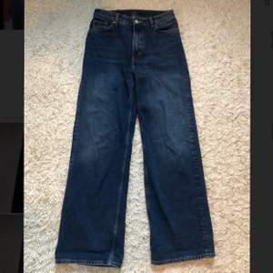 Ett par mörkblåa jeans från Monki med wideleg. storlek 27 i midjan och högmidjade. Knappt använda och inga synliga fel på dem. Köpta för 400 kr.
