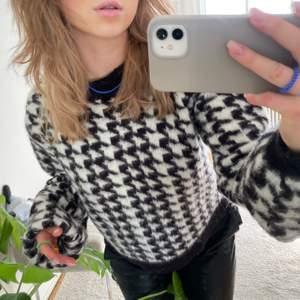 Säljer denna supersköna och SNYGGA stickade tröjan från NA-KD, helt oanvänd!!! Budgivning startar på 130 men kan köpa direkt för 200kr (exkl frakt)