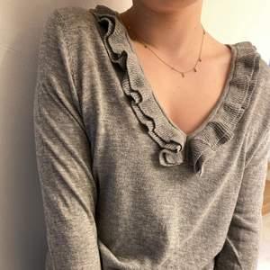 En finare tröja från Massimo Dutti i storlek S. En fin urringnig med volanger. Fint och hållbart material, ser fortfarande ut som ny.