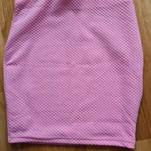 En figurnära rosa kjol i topp skick. Riktig Barbie kjol. Använd men i nyskick storlek 34 men passar XS-S-M. 80kr +frakt