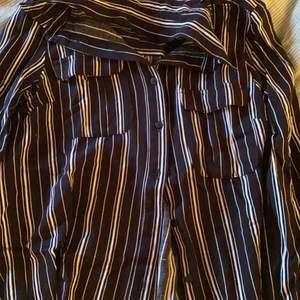 säljer en flanell i storlek 34 från hm med fickor under kragen. har använt denna en gång och är i nyskick. säljer för 45kr + frakt