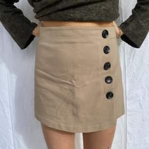 Shorts och kjol i perfekt kombination. Från Bikbok. Bra kvalité och tjockt skönt tyg. Trendig beige eller ljust brun färg. Jättefin passform och superbra skick!