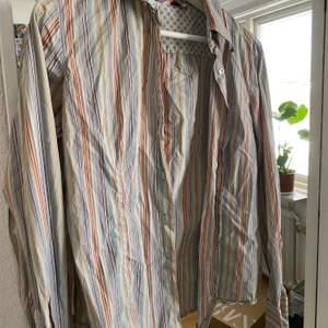 Säljer en färgglad oversized skjorta perfekt nu till våren 😍🧚🏽