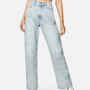 Säljer dessa straight off jeans från Junkyard då dom inte passade på mig. Byxorna har knappt använts och ser så gott som nya ut! Säljs för 350 kr, frakt är ej inkluderad! Ordinarie pris 499 kr!