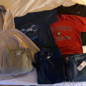 Reebok tshirt, 2 tshirts med tryck, en beige-rosa hoodie, en tjocktröja stickad. Allt sitter som S/M förutom tjocktröjan som sitter som XL, men passar som oversize på mindre. Pris utan jeans: 200 kr. Jeans: nya hm jeans i strl 48, samt ett par asos tall jeans i typ 50. Pris med Jeans: 350 kr.