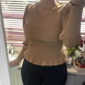 Jätte söt tröja från Gina som ja fick från en vän som present för ca 1 år sen har bara använt den 1 gång den är i stolek L men känns som en M