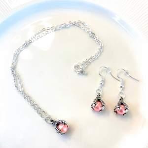 Unika smyckesset. Pärla med gripklo i färgerna rosa, blå och vit. Har endast några få av dessa hängsmycken, de är unika. Kan tänka mig att de är söta som kompishalsband, eller bara för dig själv. Alla halsbanden är 39 cm från ände till ände. 125 styck!