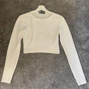 Vit croppad tröja från zara. Ribbat material. Strl M men passar även S❤️ Frakt står köparen för 🚚
