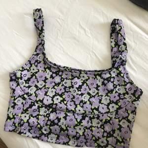 Jätte fin blommig topp från Zara, storlek M men sitter väldigt tajt, säljer pga använder aldrig