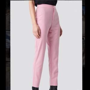 Snygga rosa slutsålda byxor i storlek 40. För små för mig när jag fick hem dem så jag har aldrig använt dem. Små i storleken, passar 34-38 men någon med storlek 40 som har små lår kan säkert också ha dem!