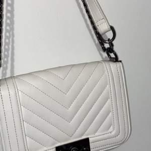En vit väska från ginatricot använde bara 2 gånger kroppad/Axel väska