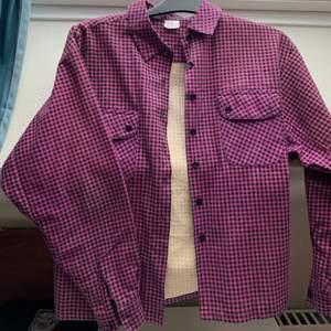 En rosa och svart skjorta köpt på Depop