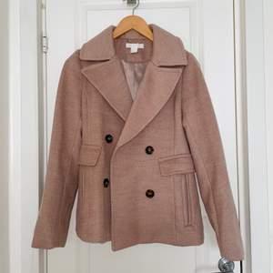 En fin kappa från H&M som jag knappt använt då den är för liten för mig. Kortare trenchcoat model.