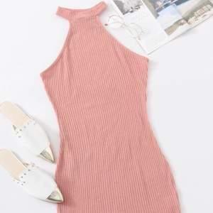 Säljer denna vackra klänning! Helt ny och fortfarande i förpackning! ❤️ passar även S!