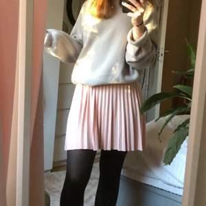 Säljer min babyrosa plisserade kjol då jag inte brukar använda den. Nypris 250kr. Skulle säga att den i midjan är xs/s