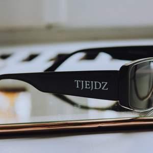 Solglasögon i olika former & färger. Finns i modellen sasha som är i en ljus färg med en cateye vinge och sarah green & black är en trendig mindre modell i färgen svart & grön. Beställ på vår instagram @tjejdzuf i DM eller skriv här