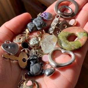 Blandade berlocker av olika storlek och kavlitet🌶 kristallen är såld