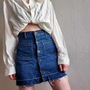 Blå jeanskjol, när jag köpte den hade nederdelen vikts ut för å göra den lite längre, bekvämt och snyggt!