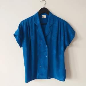 Klarblå vintage blus i gott skick.