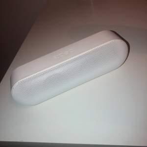 Säljer min helt fungerande högtalare då jag köpt en ny. Väldigt bra ljud och har inga skador eller liknande, nypriset var 800kr 😊 kommer ej med laddare men fungerar utmärkt att ladda med iPhone laddare