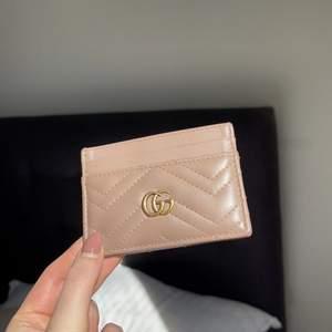 Säljer en äkta beige/brun Gucci korthållare, ca 1,5 år gammal. Har inget kvitto då det var en present. Ursprungspris: 2 500:-