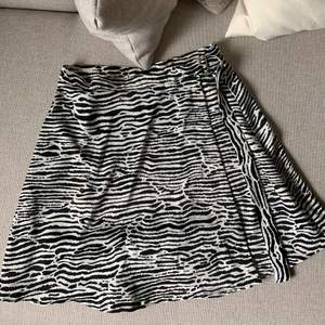 Satinkjol i zebra mönster från H&M, storlek 38. Från början var kjolen lång men har fått den uppsydd. As ball kjol till sommaren! Buda i kommentarerna