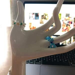 Hemmagjorda ringar i ståltråd och pärlor. Säljer fler modeller! Skicka omkretsen av ditt finger, modell och färger. Frakten är inkluderat i priset!
