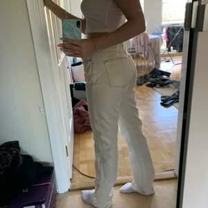 Byxorna har en fläck på ena benet längst ner men det är på insidan och syns inte när man har på sig dem. Kan skicka bild om det skulle viljas. Frakt ingår i priset