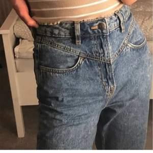 Säljer bekväma mom jeans i mycket bra skick! Köpte dessa från hm för ca 1 år sen men de är endast använda ett fåtal gånger så de är inte slitna på något sätt alls. Det är som sista chansen att få tag på dessa då de inte längre finns i deras sortimentet. De kan skickas men du får stå för frakten. Betalning sker via swish! Hör jättegärna av dig vid intresse🥰 (Kan skicka fler bilder om så önskas) Som sagt, fört till kvarn gäller. ( kommer att skicka bildbevis på att jag postar paketet )