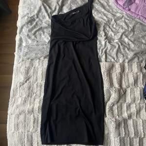 Svart klänning från bikbok i storlek XS som sitter tajt på kroppen.