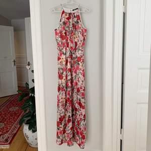 Superfin blommig långklänning från Gina Tricot med en slit vid ena benet. Den är aldrig använd och har prislappen kvar då den tyvärr är lite för lång för mig (162cm). Originalpris: 349kr
