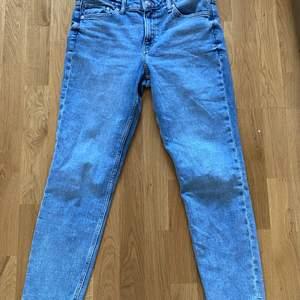 Ett par ljusblåa &denim jeans i storlek 38. Pris 150 kr plus frakt