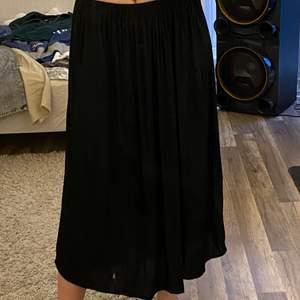 En svart långkjol från ginatricot i storlek S. Använder ej längre, jätte skönt material och i ett bra skick 🖤 (smutsig spegel, ingen fläck på kjolen)