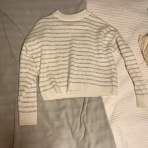 Superfin randig tröja från NA-KD i ett stickat material. Endast använd ett fåtal gånger och säljes då jag inte är ett fan av stickade tröjor.