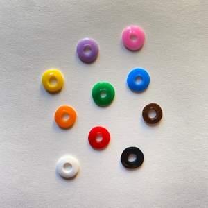 Platta pärlor till ex. armband eller halsband! Första bilderna visar typ Small. Fler typer finns och alla i 10 färger🌈 20kr för 100st pärlor, blanda sorter & färger som du vill!