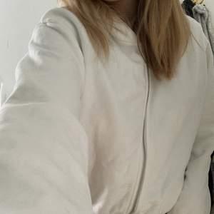 Jättefin ocersized zip-hoodie från Weekday i strl XS🤍🤍Resor längst ner som går att knyta🤍🤍Köparen står för frakt💘(66kr). Jättemysig stor luva