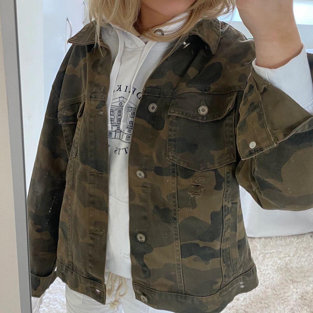 Intressekoll på denna as coola army jeans jacka💚🤎 Verkligen as najs och livar upp alla outfits, helt i nyskick, HÖJ BUDEN MED MINST 20kr!!!!!. Jackor.