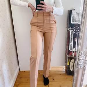 """Säljer dessa kostymbyxor från Asos. Storlek 36. Aldrig använda. Är i """"tall"""" och ska vara ankellånga men de går ner till marken på mig som är 167 och blir därmed lite mer straight fit på mig som inte är """"tall""""☺️. Köparen står för frakt."""