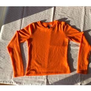 Tunn Neon Orange Tröja. Nyskick! Checka gärna in mina andra försäljningar☺️ Frågor? Bilder? Skicka så fixar jag!