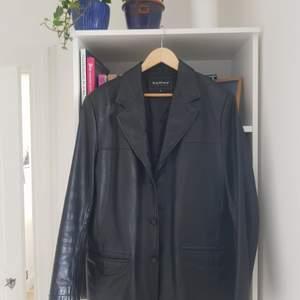 ❕Först till kvarn❕🍭Skitcool läderkavaj/jacka som jag använde lite i höstas! Jättebra kvalité och i superbra skick, inga slitningar etc. Är i strl m, jag är s på bilderna. Stor så passar absolut xs-l, möjligen xl oxå. Äkta läder, men vintage. Skön och perfekt för vår, höst och möjligen vinter! Köpt på plick där förra säljaren köpt den på humana. Pris inkl frakt!Säljer fler vintage jackor i min profil❤