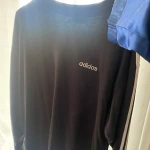 Snygg oversize adidas tröja. Storlek M/L. Säljs för 100kr frakten ingår i pristet😋