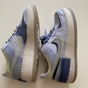 🛑 avslutas 15/4🛑 Säljer nu mina älskade air force blåa som jag använt max 5 gånger. Tyvärr lite för småa för mig därav säljer jag dom. Storlek 39, bud från 800 kr i kommentarerna eller privat!! 💙💙 (tror dom ej går att få tag i längre) HÖGSTA: 1000
