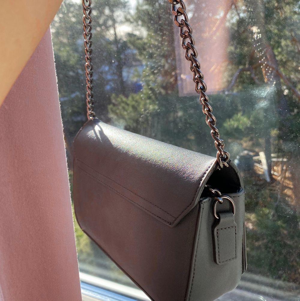 Mörkgrå handväska från asos🤍. Väskor.