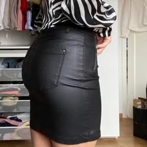 Kjol i skinnimitation från ONLY! Storlek S💕💜 fint skick! Stretchigt och skönt material!