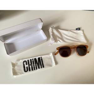 Säljer mina helt oanvända Chimi-glasögon i modell 001, färg Peach på bågen och svarta glas (andra bilden visar färgen bäst). Supersnygga nu inför våren och sommaren. De är endast provade och säljer bara eftersom modellen inte passade just mig:) Köptes för 999kr. Mitt pris är 600 inkl. frakt eller säljes vid bra bud🥰  Allt på första bilden ingår (oöppnad putsduk samt mjukt och hårt fodral)! Det är bara att skriva om du har någon fråga:-) (tar endast Swish)