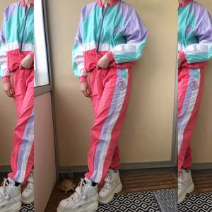 Coolaste 80-tals tracksuiten i trendiga pastellfärger. Perfekt till våren 🌸 Storlek M i både jackan och byxorna. Bud från 200kr + frakt 🐬
