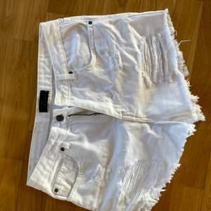 Oanvända jeansshorts från Nelly strl S. Snygga slitningar, helt i nyskick! Rätt så högmidjade. Skriv privat för bilder på.